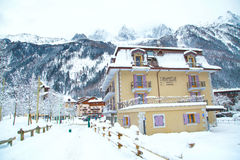 Hotel na cidade de Chamonix, cumes franceses, França Imagens de Stock Royalty Free