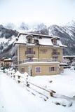 Hotel na cidade de Chamonix em cumes franceses, França Foto de Stock Royalty Free