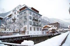 Hotel na cidade de Chamonix em cumes franceses, França Fotos de Stock