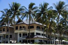 Hotel na plaży z białym piaskiem Zdjęcia Royalty Free