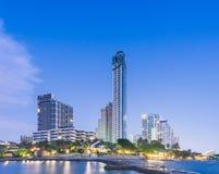 Hotel na plażowym i Dennym zmierzchu Zdjęcie Royalty Free