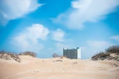 Hotel na plaży jest widoczny od diun za Zdjęcia Stock