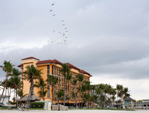 Hotel no dia nebuloso da praia Fotos de Stock