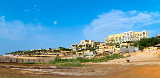 Hotel no mar inoperante, Jordão fotografia de stock royalty free