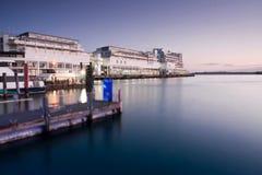 Hotel no porto de Auckland, Nova Zelândia. Fotos de Stock Royalty Free