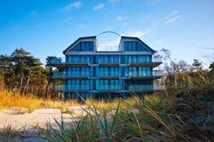 Hotel o casa de la playa Fotos de archivo libres de regalías