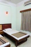Hotel- oder Motelzimmerinnenraum Lizenzfreies Stockfoto