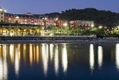Hotel op oever bij nacht Royalty-vrije Stock Foto's