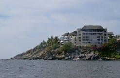 Hotel op rotsachtige kust van Acapulco Stock Afbeelding