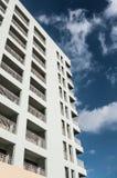 Hotel over blauwe hemel met wolken Stock Foto's