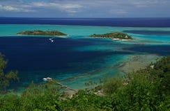 Hotel over de turkooise lagune in Bora Bora Stock Fotografie