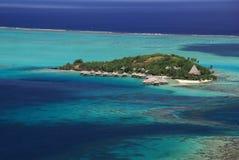 Hotel over de turkooise lagune in Bora Bora Royalty-vrije Stock Foto's