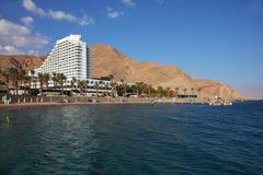 Hotel, palmeiras e montanhas magníficos Fotos de Stock Royalty Free