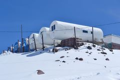 Hotel para alpinistas na montanha de Elbrus Imagens de Stock Royalty Free