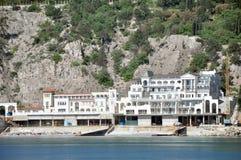 Hotel pelo mar Foto de Stock Royalty Free