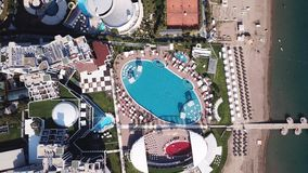 Hotel Poolside met Parasols en Palmen klem Hoogste meningsschot Zwembad omringende palmen en groene tuin in stock foto