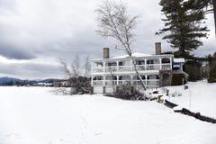 Hotel por el lago congelado Fotografía de archivo libre de regalías
