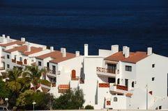 Hotel por el mar Foto de archivo libre de regalías