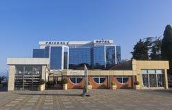 Hotel ` Prichal ` op de waterkant van regelingstoevlucht van Adler, Sotchi royalty-vrije stock afbeelding