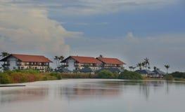 Hotel que hace frente a la laguna Imagenes de archivo