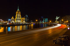 Hotel Radisson Moscú real en la noche fotos de archivo