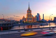 Hotel Radisson-Ucrania, Moscú, Rusia Terraplén de Presnenskaya, tráfico, rastros ligeros de las linternas del coche fotografía de archivo