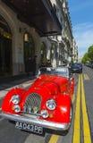 Hotel rojo París del coche de deportes imagen de archivo