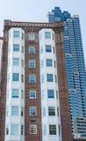 Hotel rojo y blanco viejo del ladrillo por la torre azul Fotos de archivo libres de regalías