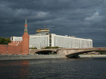 Hotel Rusia antes de una tempestad de truenos Fotografía de archivo libre de regalías