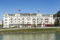 Hotel Sacher al fiume di Salzach a Salisburgo Fotografie Stock Libere da Diritti