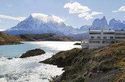 Hotel Salto Chico Explora Patagonia bij turkoois Meer Pehoe in Torres del Paine National Park Stock Fotografie