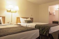 Hotel-Schlafzimmer mit zwei Betten stockbild
