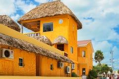 Hotel situado en el calafate de Caye en Belice fotografía de archivo libre de regalías