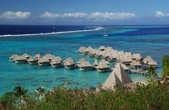 Hotel sobre la laguna de la turquesa en Bora Bora foto de archivo libre de regalías