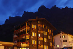 Hotel suíço na noite Fotografia de Stock