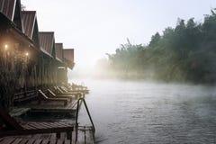 Hotel sulla banca del fiume Mattina nebbiosa Immagini Stock
