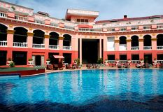 Hotel and swimming pool Royalty Free Stock Photography