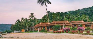 Hotel tropical entre as palmeiras, Tailândia fotografia de stock