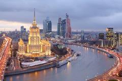 Hotel Ucrania y complejo del negocio de la ciudad de Moscú Fotografía de archivo libre de regalías