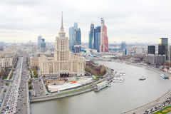 Hotel Ucrania y complejo del negocio de la ciudad de Moscú Fotografía de archivo