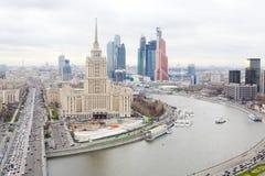 Hotel Ukraine und Moskau-Stadtgeschäftskomplex Stockfotografie