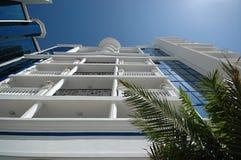 Hotel und Palmen Stockfotografie