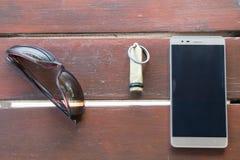 Hotel van de zonnebril het Mobiele Telefoon Zeer belangrijke Ketting op Houten Lijst Bozcaada in Canakkale 2017 Turkije Royalty-vrije Stock Afbeelding