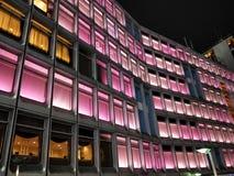 Hotel, ventanas, chocolate en el rosa, magnífico imagen de archivo