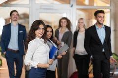 Hotel-Verwalter Welcome Business People in der Lobby, Mischungs-Rennwirtschaftler-Gruppen-Gäste kommen an Lizenzfreie Stockfotografie