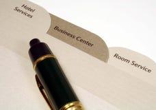 Hotel-Verzeichnis und Feder Lizenzfreies Stockfoto
