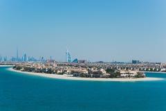 Hotel w Dubaj i błękitnym morzu zdjęcia stock