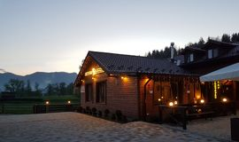 Hotel w górach, zaciszność urlopowa na zewnątrz miasta w natura zdjęcia royalty free