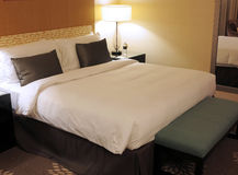 Hotel-Wohnzimmer, Bett Stockbilder
