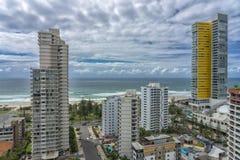Hotel y apartamentos con la playa y el océano en el fondo foto de archivo